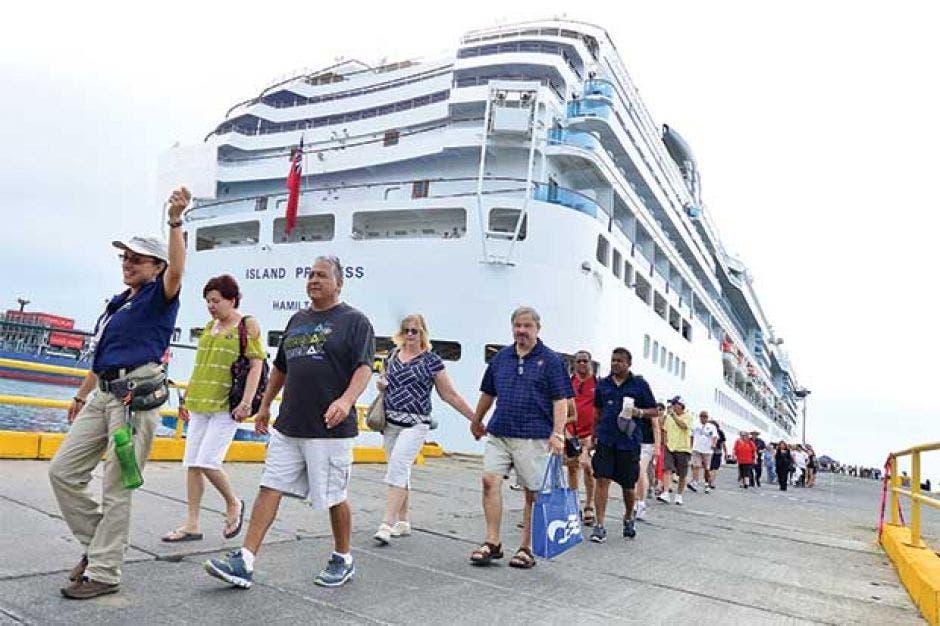 Turistas bajando de un crucero