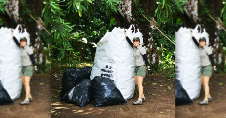 Un guardaparque en Corcovado demostrando la cantidad de basura recogida