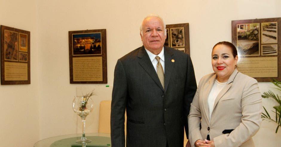 William Salom, presidente grupo Interamericano y Alejandra Chacón, directora comercial de la Universidad Politécnica.