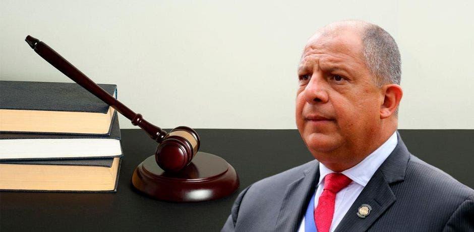 Luis Guillermo Solís frente a un mazo de la justicia.