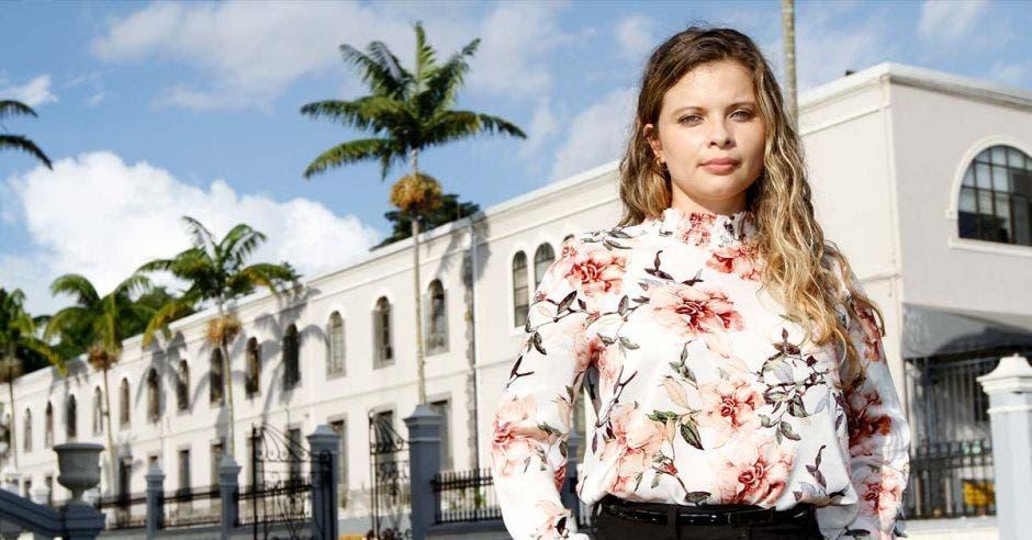 La diputada posa frente a un edificio del Congreso.