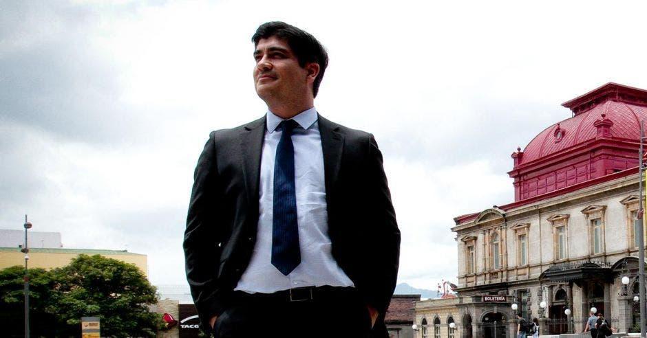 Carlos Alvarado posa frente al Teatro Nacional