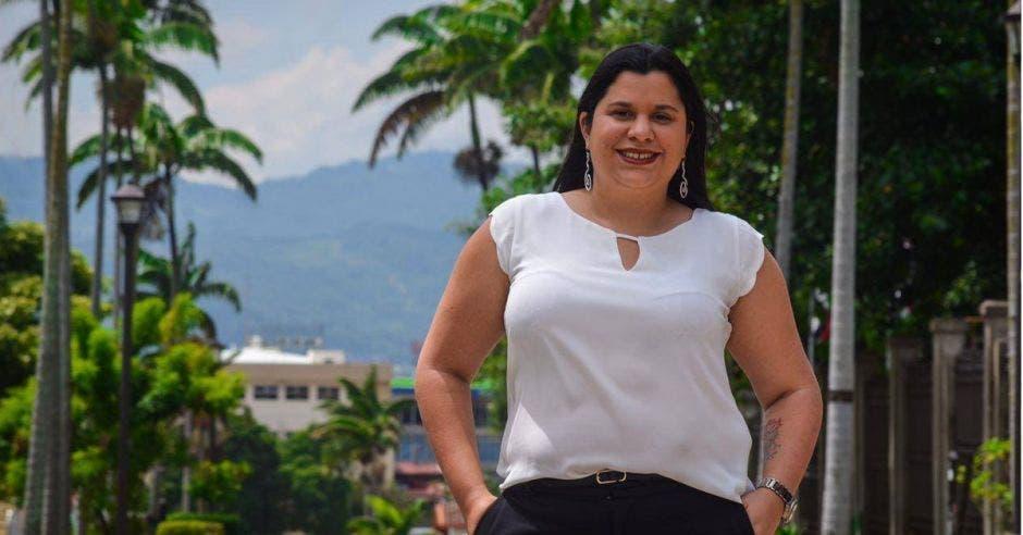 Paola Vega posa frente a un edificio de la Asamblea