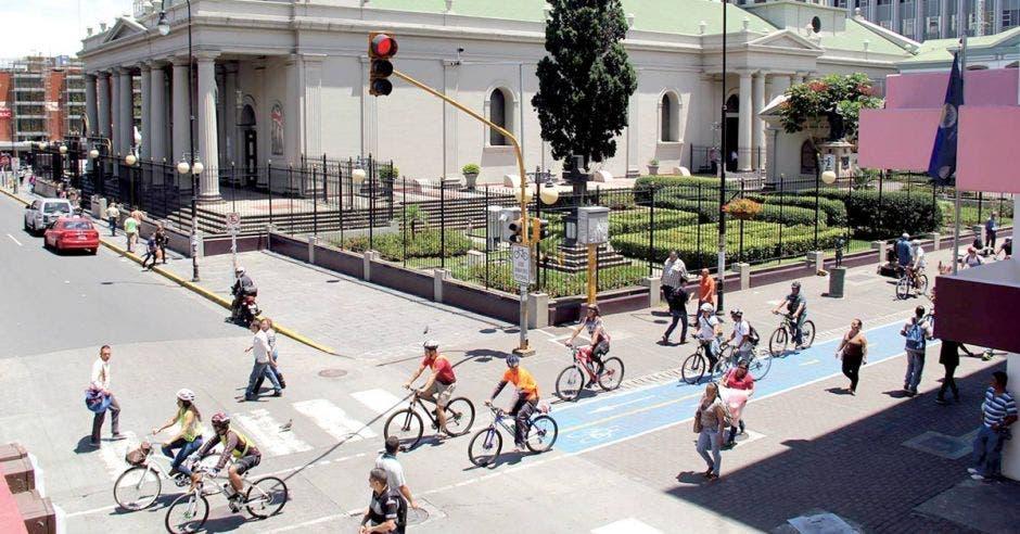 Ciclistas usando la vía exclusiva en el centro de San José.