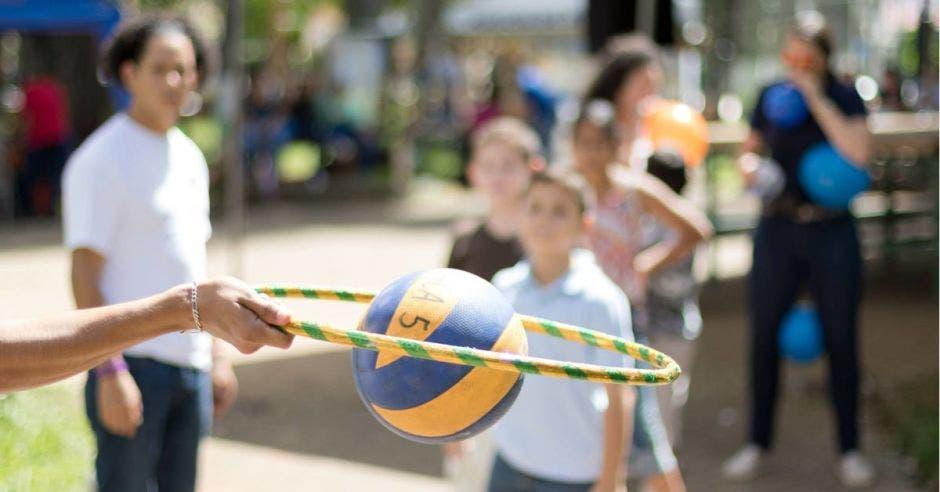 Una bola pasando por un aro en una actividad al aire libre