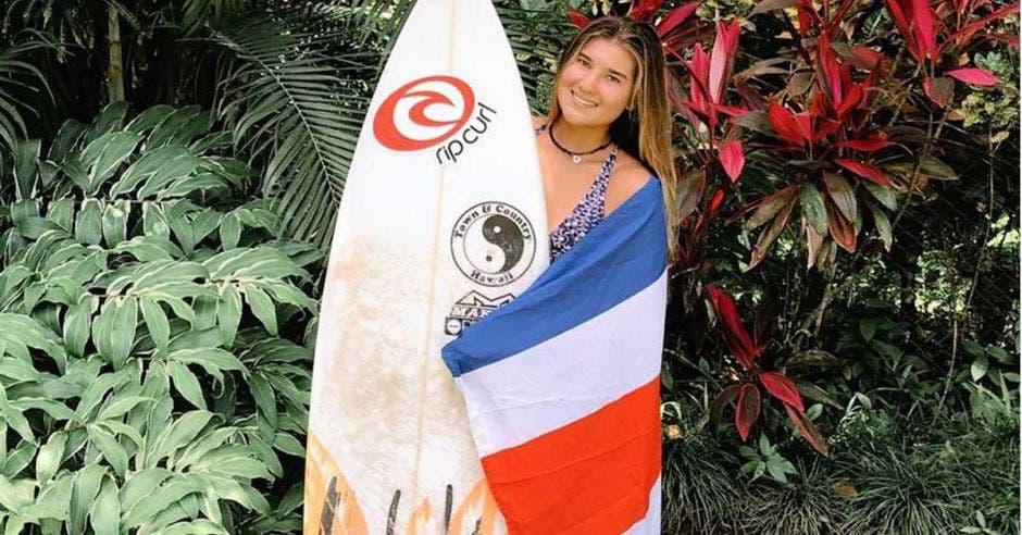 Surfista Brisa Hennessy es la primera tica en clasificar a semifinales del Tour Mundial