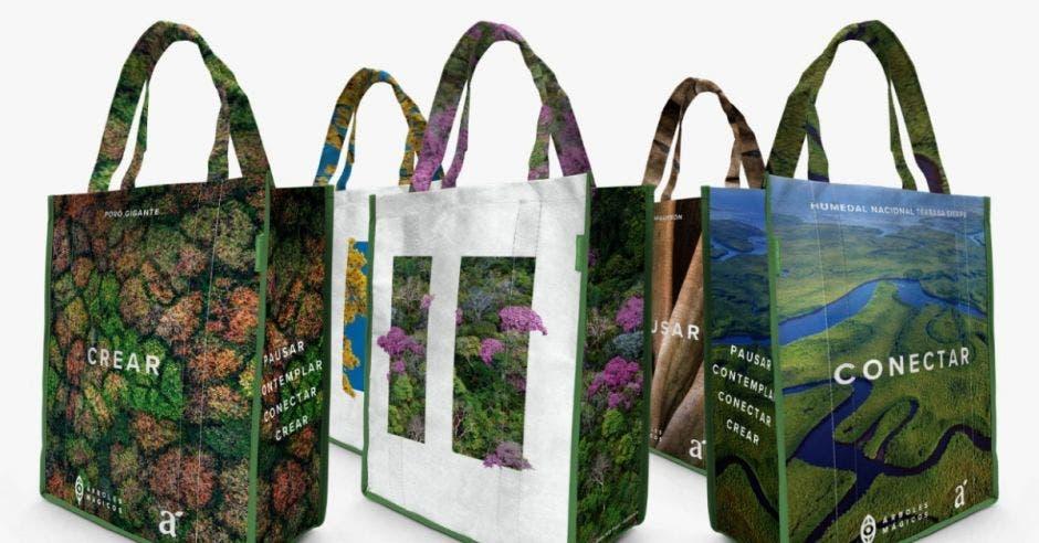 bolsas reutilizable con diseños de árboles de colores