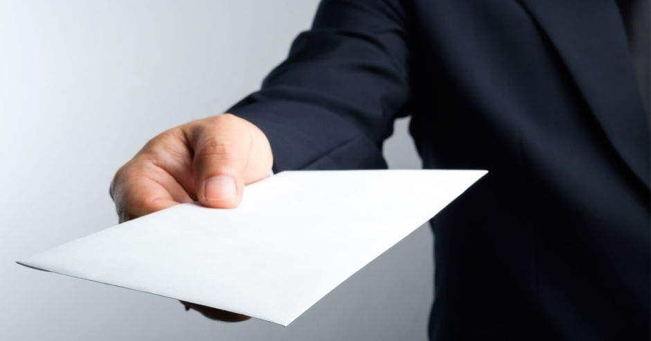 Foto de un hombre sosteniendo un papel en blanco