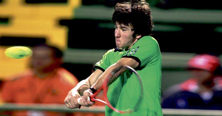Un joven tenista golpeando la bola con la raqueta en un partido en Costa Rica