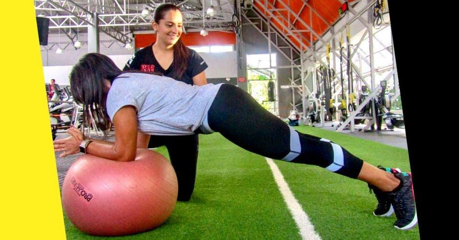 Un profesional de la salud está capacitado para trabajar el core sin comprometer su bienestar. Joseth Castro, entrenadora de World Gym Costa Rica. Cortesía World Gym/ La República