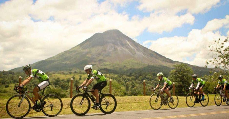 El Volcán Arenal acompañará a los ciclistas en gran parte del recorrido. GFNY/La República