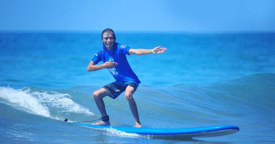 Henry Martínez es el máximo exponente del surf para ciegos. Cortesía de Lois Solano / Surfing Nation Magazine