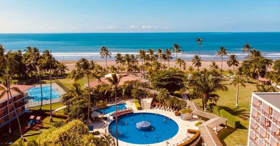 piscina del hotel cercana a la playa