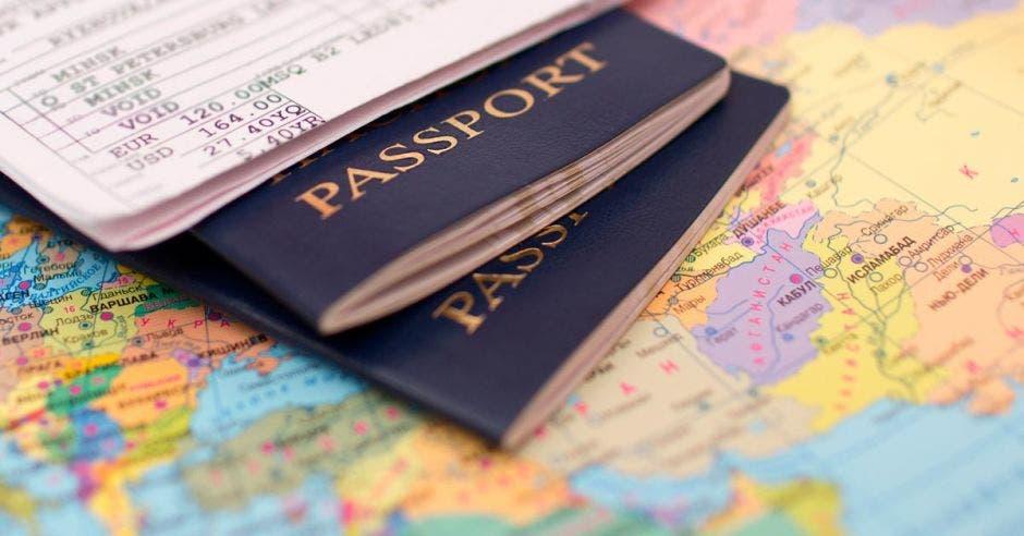 pasaportes sobre mapamundi