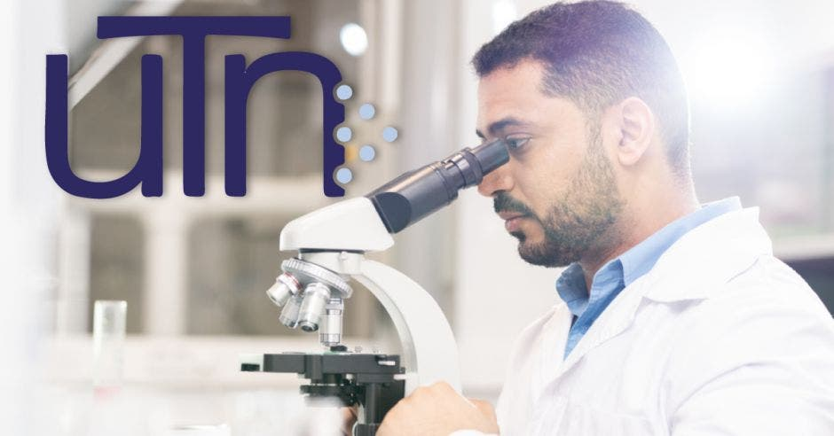 Hombre con un microscopio