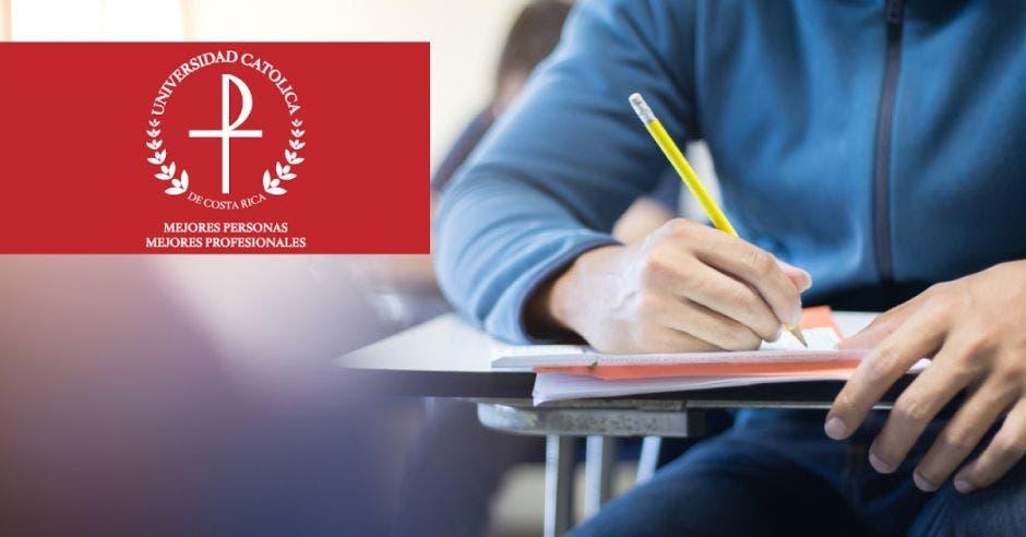Estudiantes y logo de la Universidad Católica