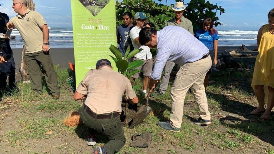 El presidente Alvarado siembra un árbol durante el acto en el que firmó el decreto