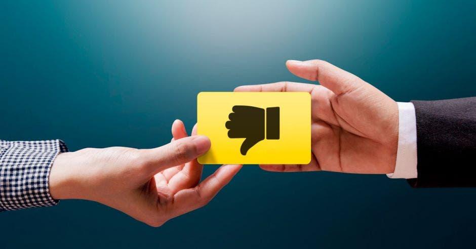 mano con el dedo gordo hacia abajo, en señal de desaprobación