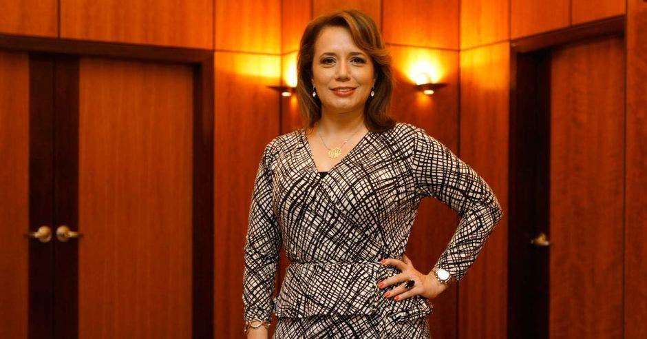 """""""El primer consejo es establecer un presupuesto, saber cuánto gastaré como máximo, en lugar de tener que preguntarme al final de mes cuánto gasté"""", dijo Tania Jiménez, asesora financiera. Archivo/La República"""