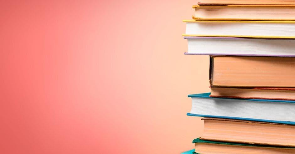 Unos libros apilados