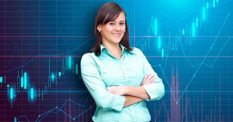 Mujer con los brazos cruzados que labora para la empresa Acobo