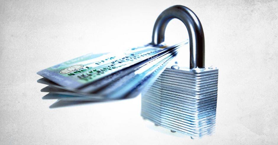 un candado y unas tarjetas de crédito