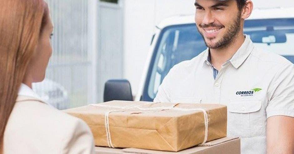 persona entregando un paquete