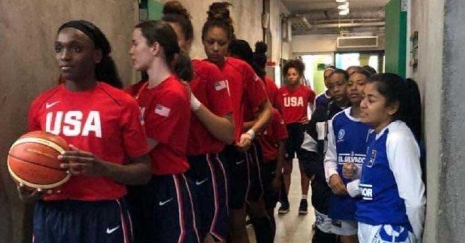 Esta imagen del Campeonato FIBA de las Américas se viralizó ante la diferencia de estaturas. Milenio/La República
