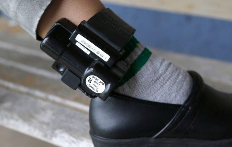 brazalete eletrónico en un pie