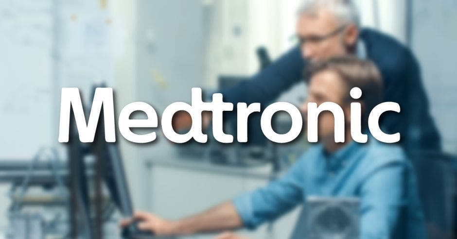 Trabajadores con un logo de Medtronic