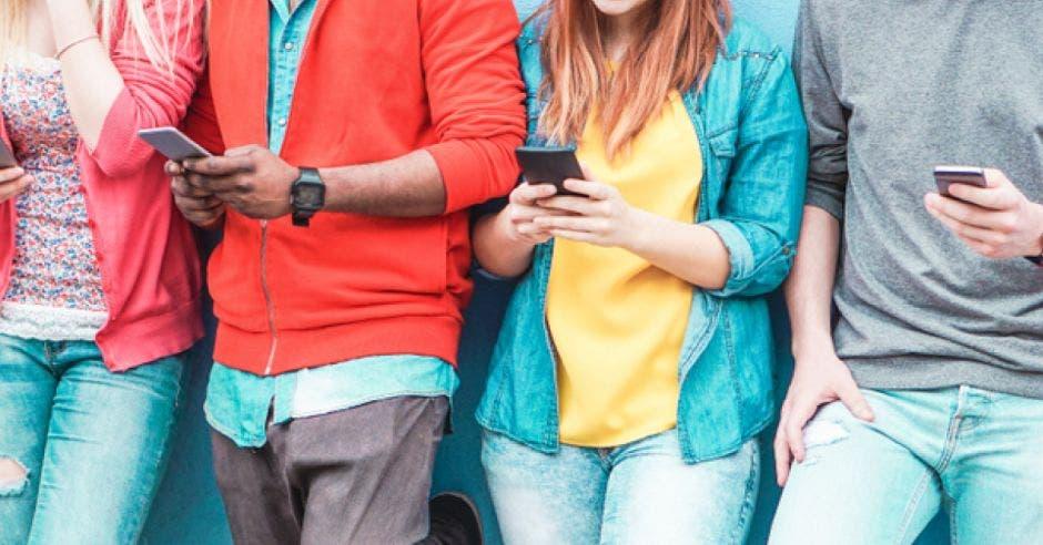 Jóvenes utilizan celulares