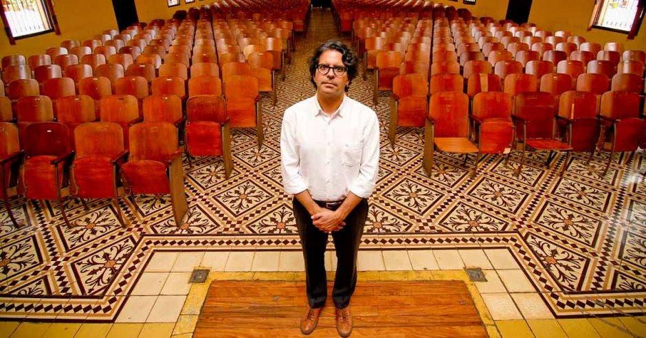 Édgar Mora de pie frente a un auditorio.