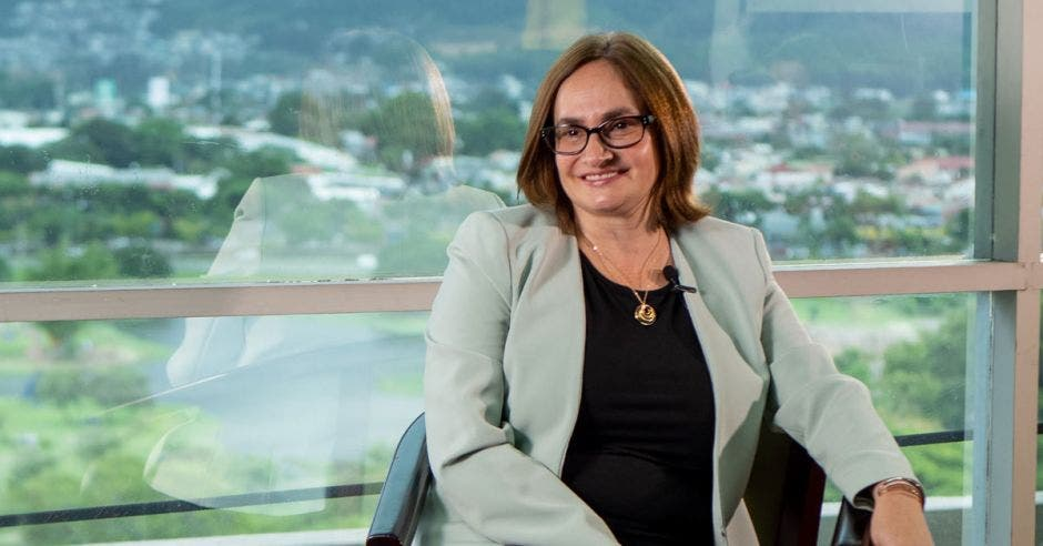 Irene Cañas sentada al realizar una entrevista