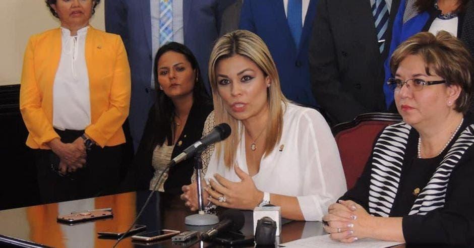 Franggi Nicolás dando una conferencia de prensa