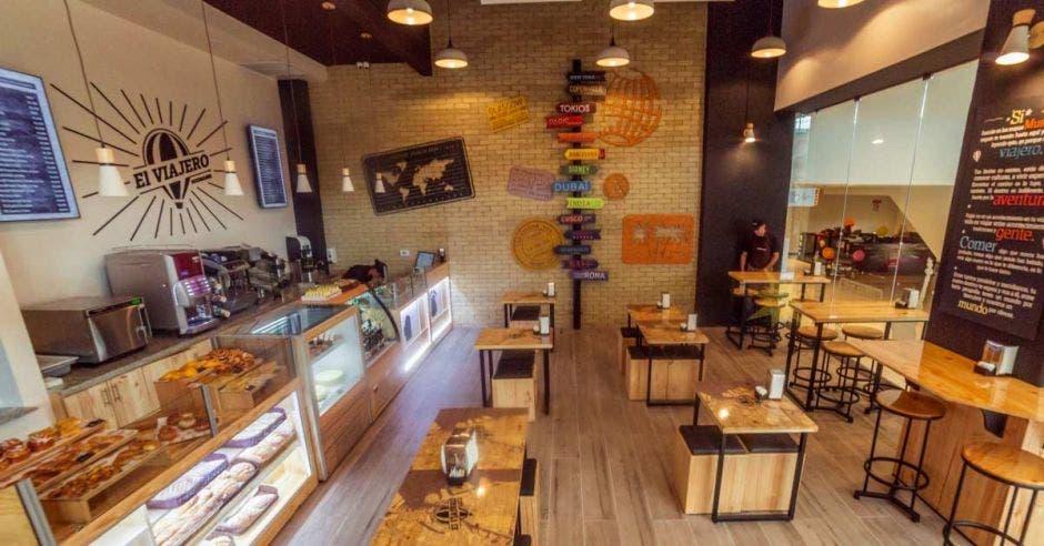local tipo cafetería restaurante con sillas y mesas y un mostrador