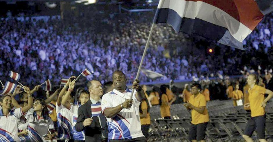 roberto sawyers alza la bandera de Costa Rica