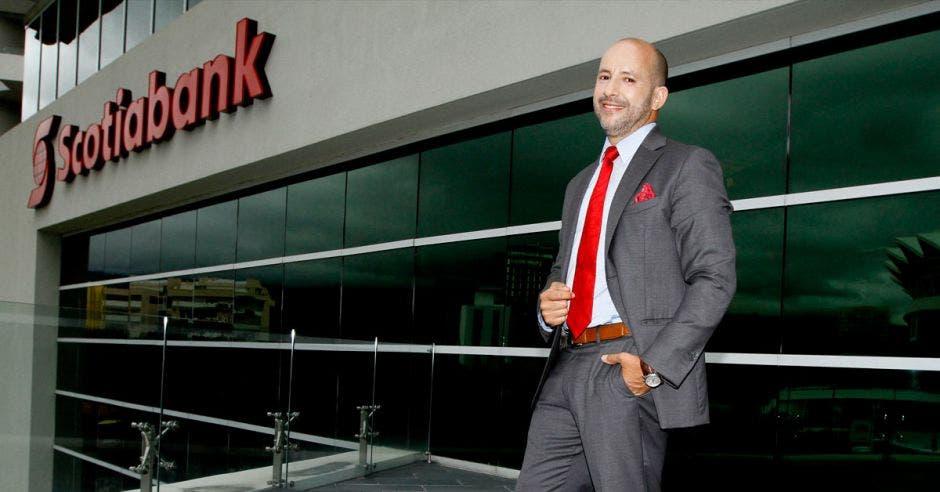 Leonel Morales, Scotiabank, foto, corbata, traje
