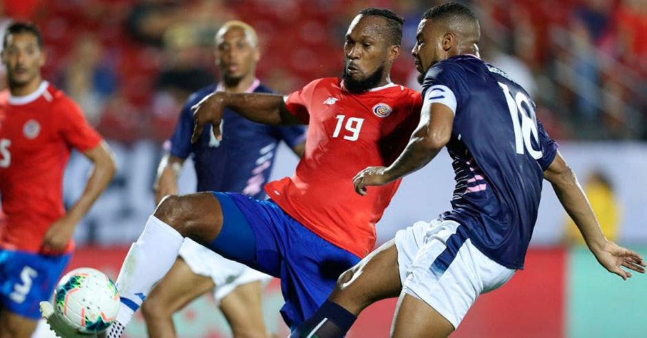 kendall waston marca a jugador de Bermudas