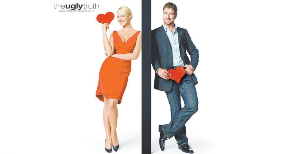 Imagen con un hombre y una mujer con un corazon en la mano cada uno
