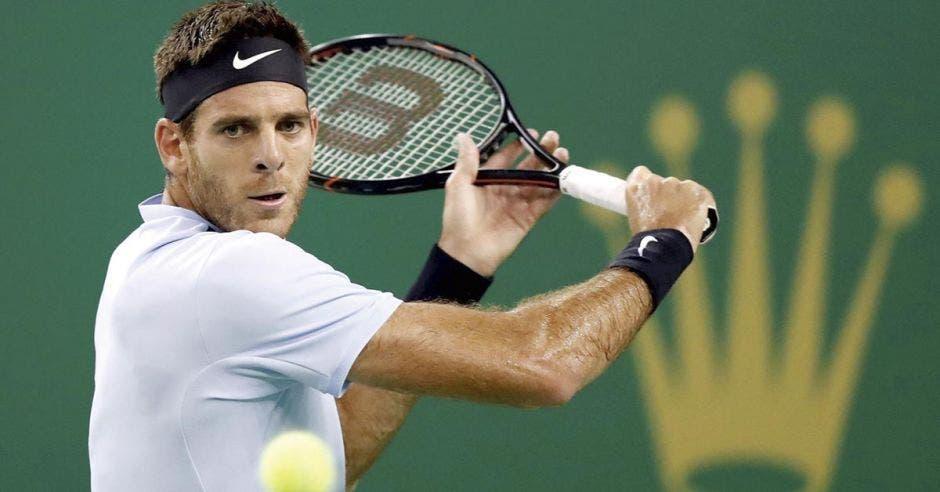 Persona jugando tennis con un raqueta en la mano derecha