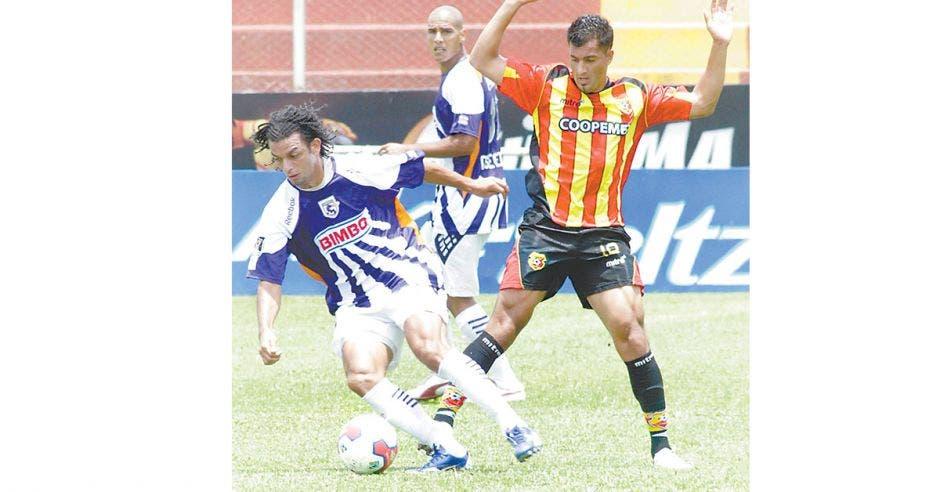 Tres jugadores de futbol durante un partido