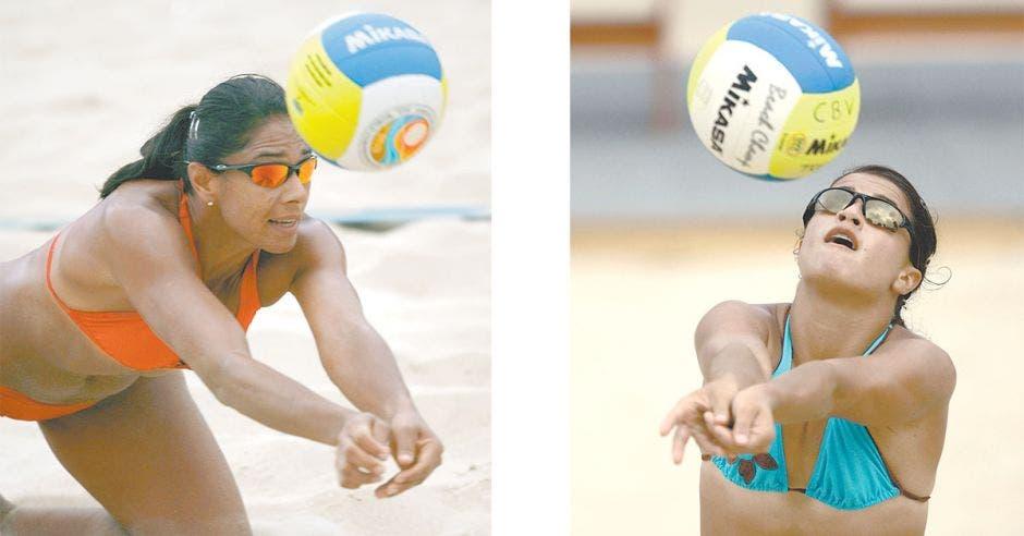 Dos mujeres jugando voleibol de playa