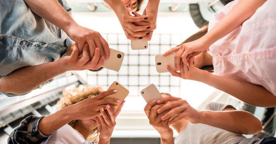 Grupo viendo celulares