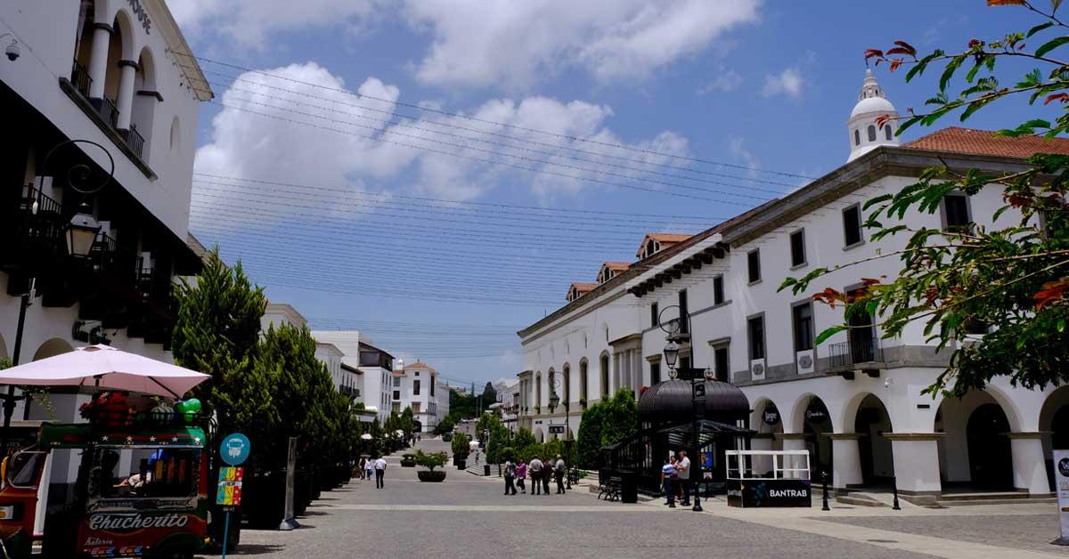calles adoquinadas, edificios blancos