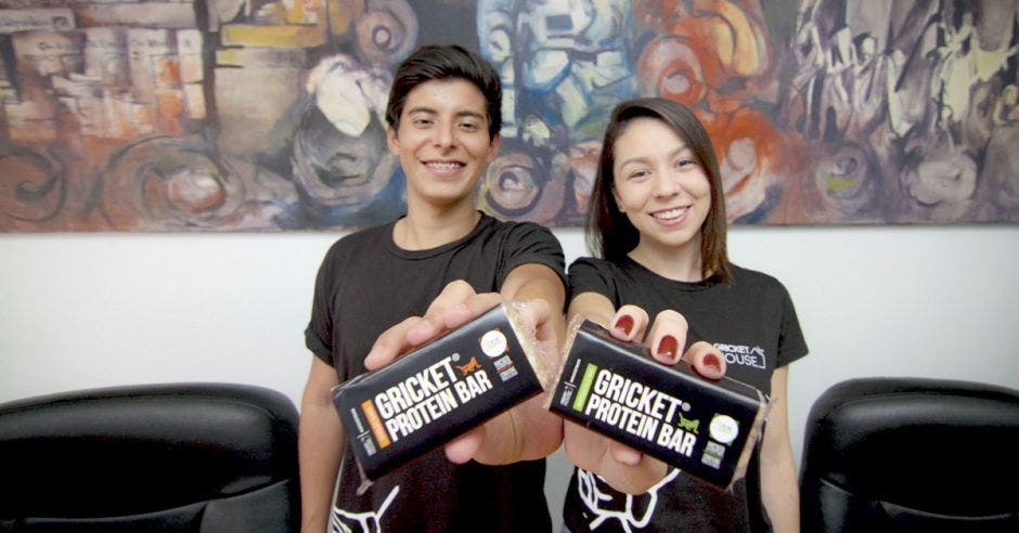 Andrés Muñoz, creador de Gricket House, junto a Mónica Solano. Ambos chicos sostienen una barrita