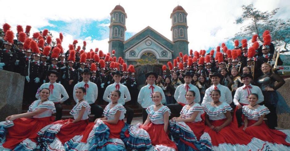mujeres de traje típico costarricense, integrantes de la banda