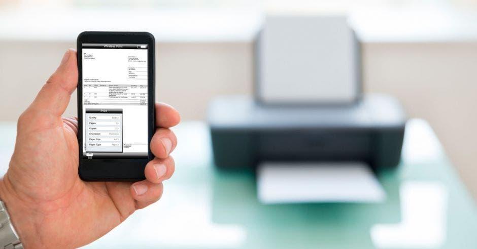 Un celular enviando un documento a una impresora