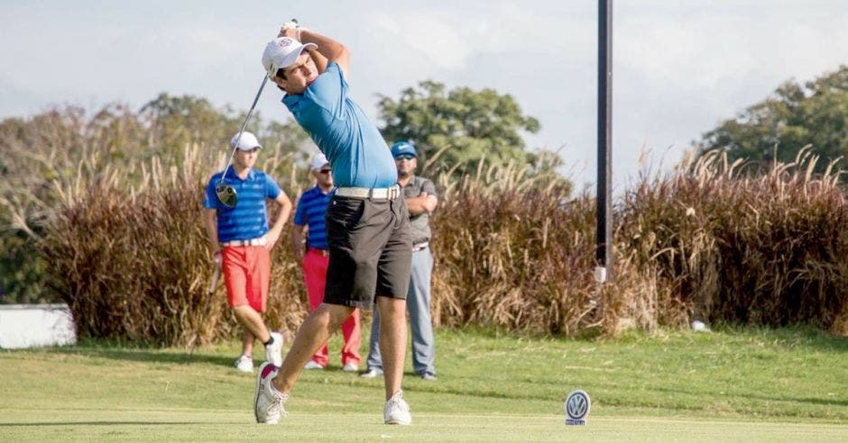Felipe Odio realiza un golpe de golf