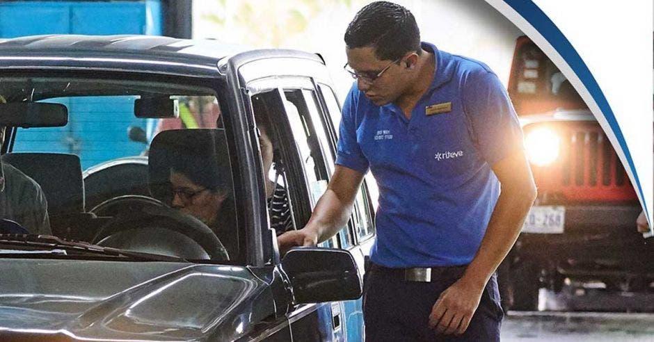 hacioendo la inspección vehicular