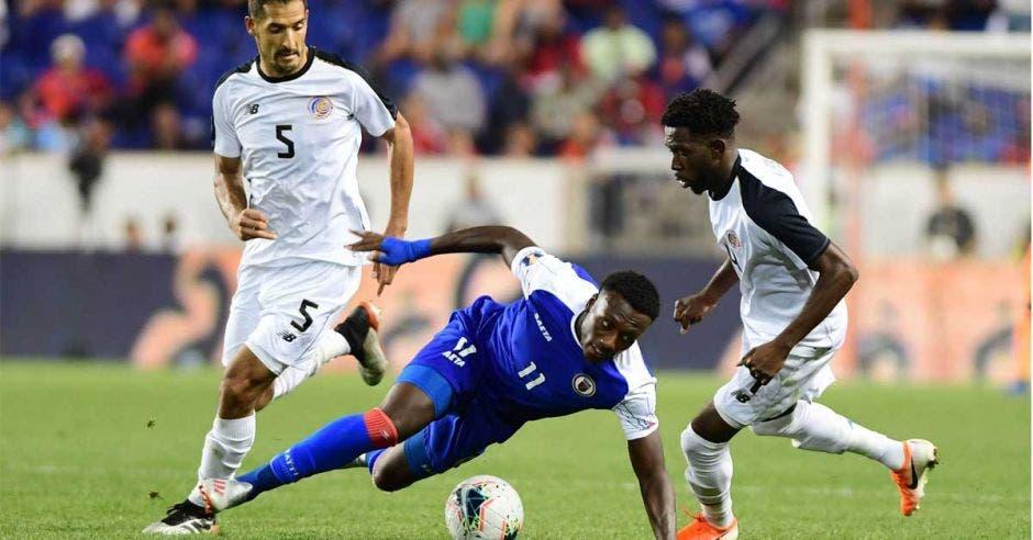 Keysher Fuller ante la marca de un jugador de Haití y la mirada de Celso Borges